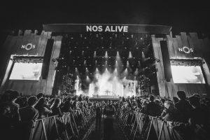Reportagem do festival NOS Alive 2018, realizado no Passeio Marítimo de Algés, entre os dias 12 a 14 de Julho de 2018, com Pearl Jam, QOTSA, The National... - INTRO