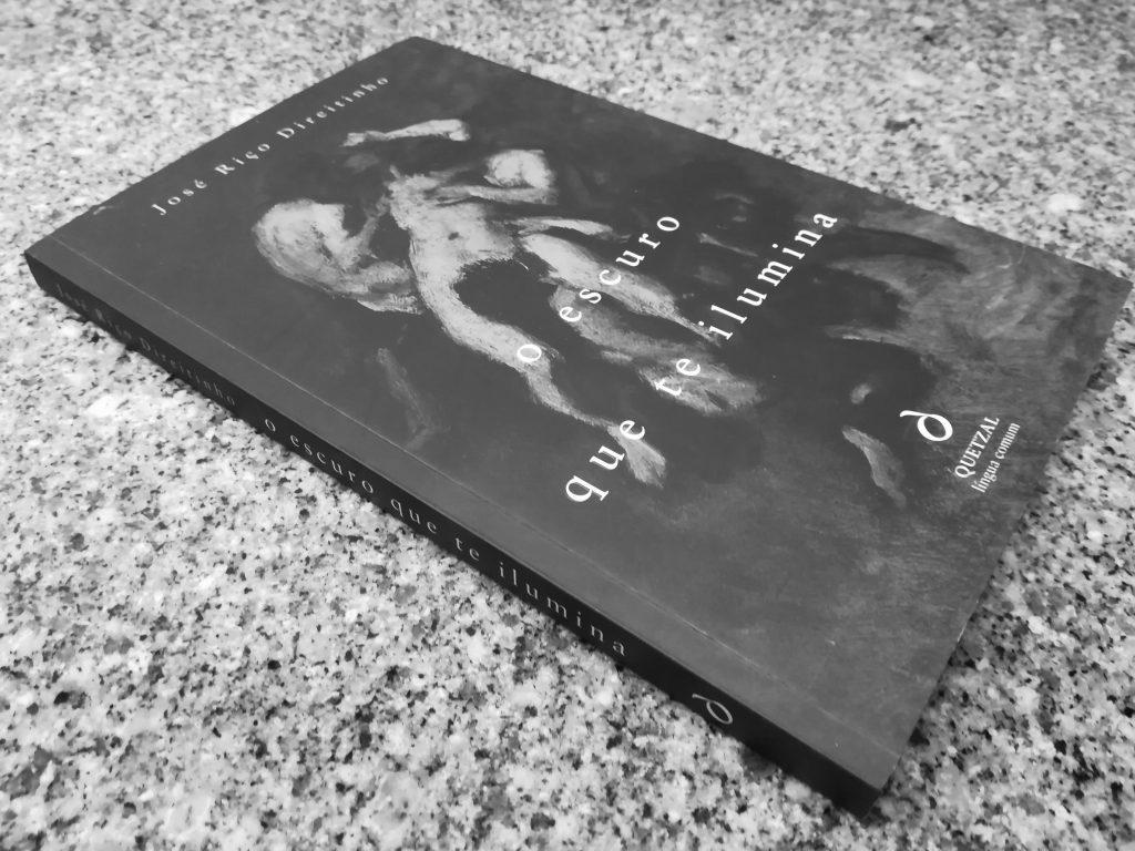 Recensão crítica do livro O Escuro Que Te Ilumina, escrito por José Riço Direitinho e publicado pela editora Quetzal em 2018   INTRO