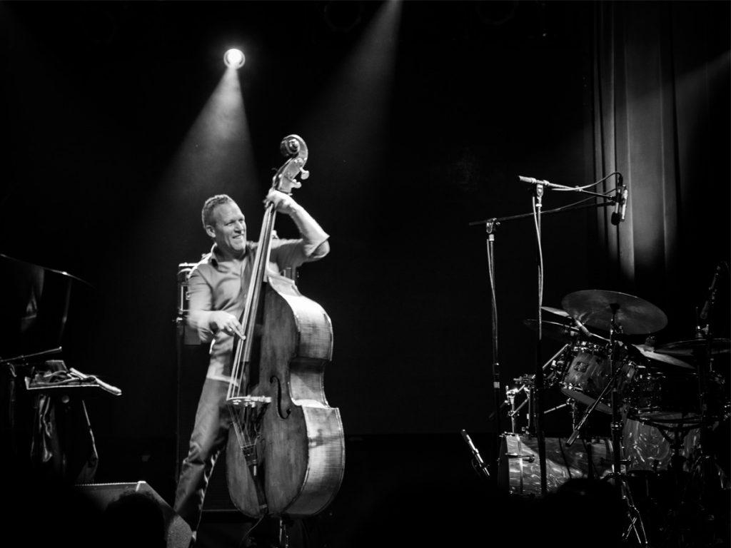 Reportagem do concerto do contrabaixista Avishai Cohen integrado no Misty Fest, que decorreu na Casa da Música a 20 de Novembro de 2018   INTRO