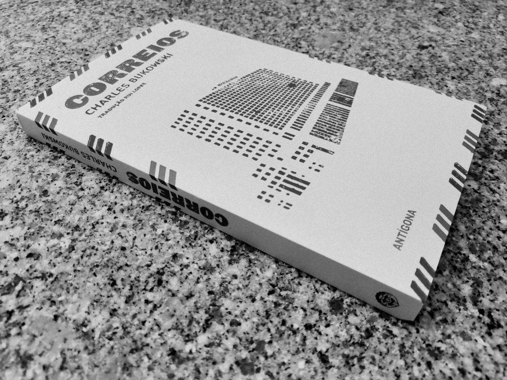 """Recensão do livro """"Correios"""", primeiro romance do escritor norte-americano Charles Bukowski, publicado pela Antígona, na 2ª edição, em 2015   INTRO"""