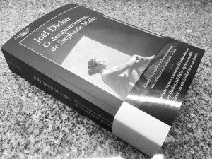 Recensão crítica do livro O Desaparecimento de Stephanie Mailer, escrito por Joël Dicker e editado pela Alfaguara em 2018   INTRO