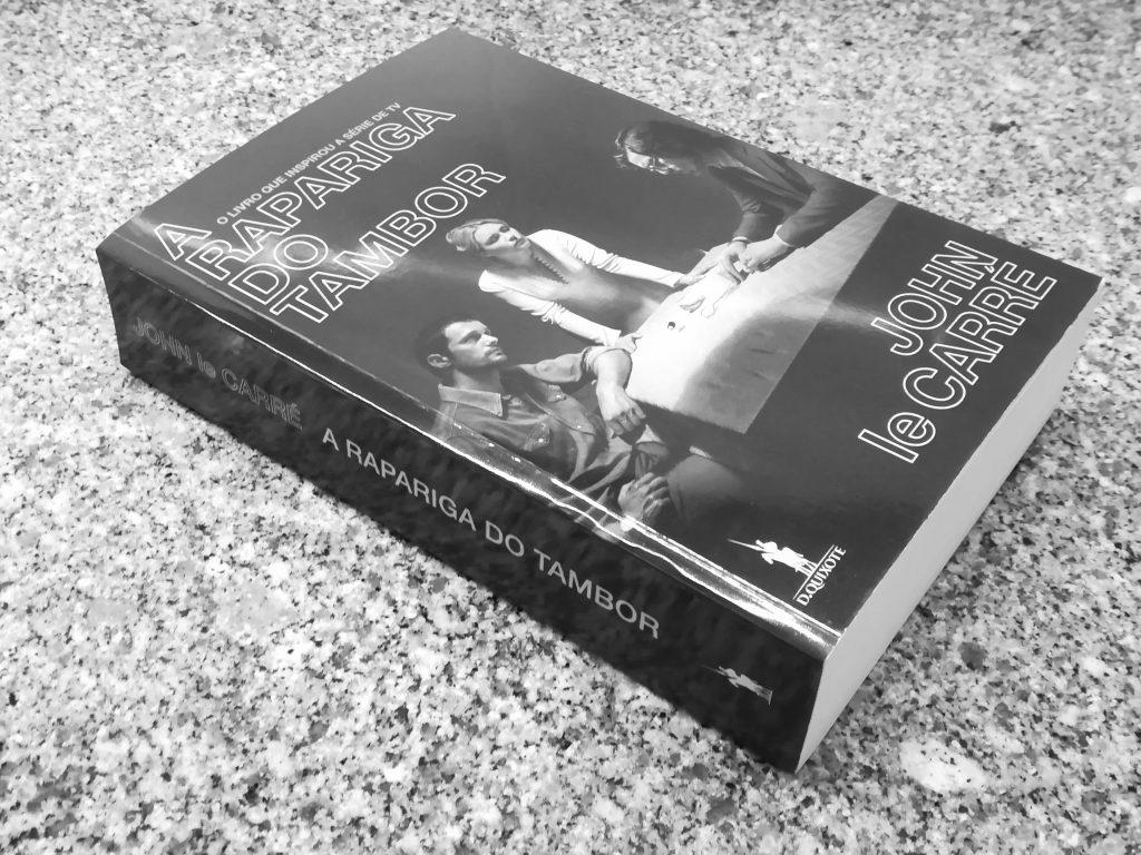 """Recensão do livro """"A Rapariga do Tambor"""", do escritor britânico John Le Carré, publicado em Portugal pela Dom Quixote em 2018   INTRO"""