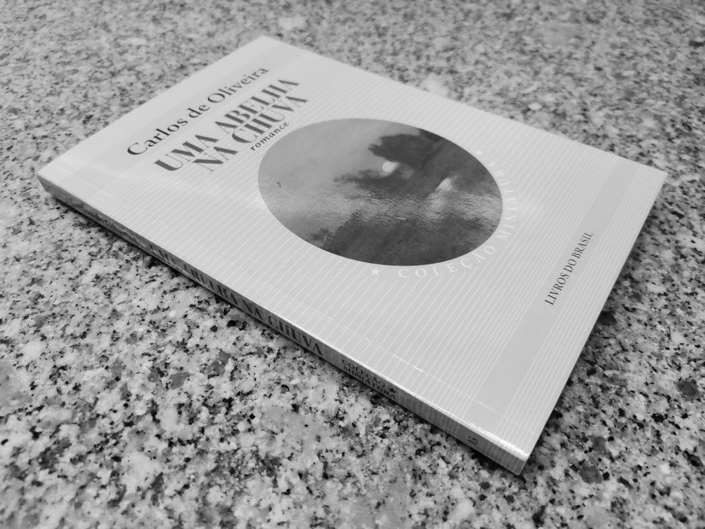 Recensão da reedição do clássico neorealista Uma Abelha na Chuva, escrito por Carlos de Oliveira e publicado pela Livros do Brasil em 2020   INTRO