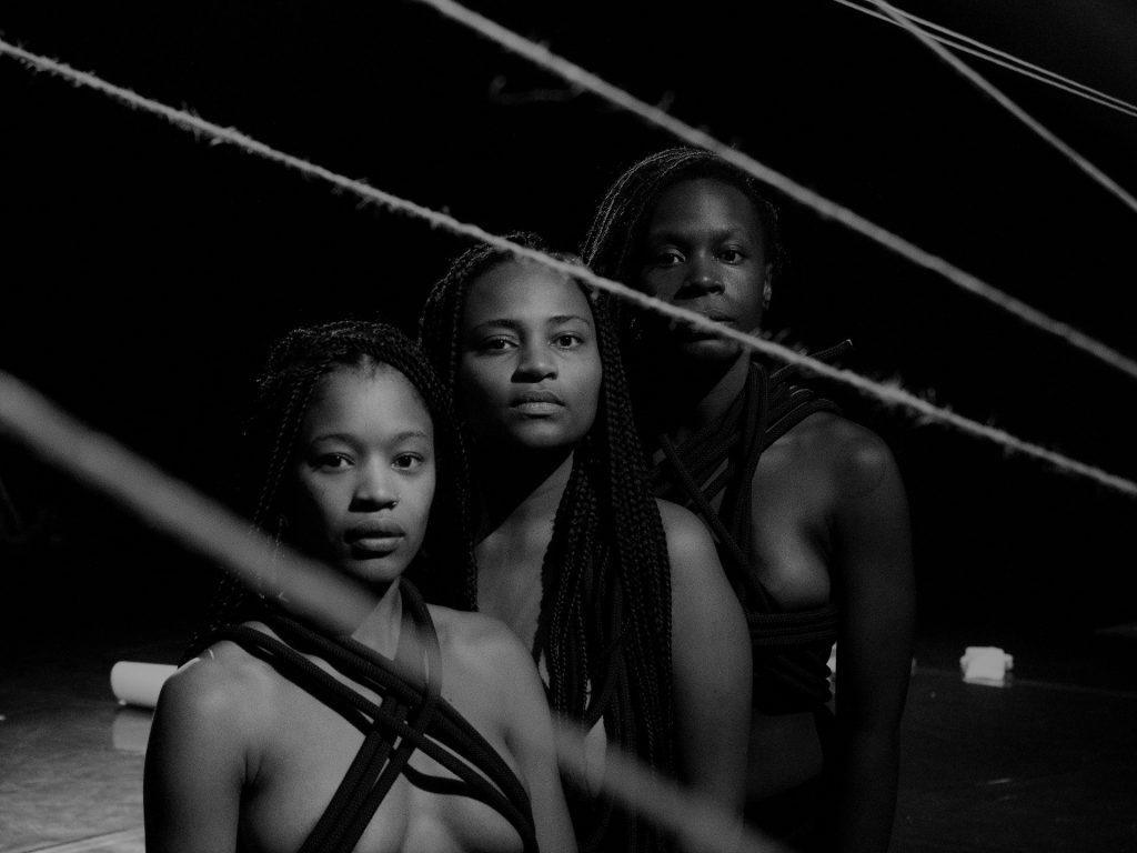 Reportagem/crónica sobre a peça Aurora Negra, apresentada no Teatro Nacional D. Maria II no passado dia 3 de Setembro de 2020   INTRO