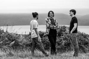 Crítica de Cairn, segundo álbum do pianista jazz escocês Fergus McCreadie com o seu trio, a estreia na editora britânica Edition Records | INTRO