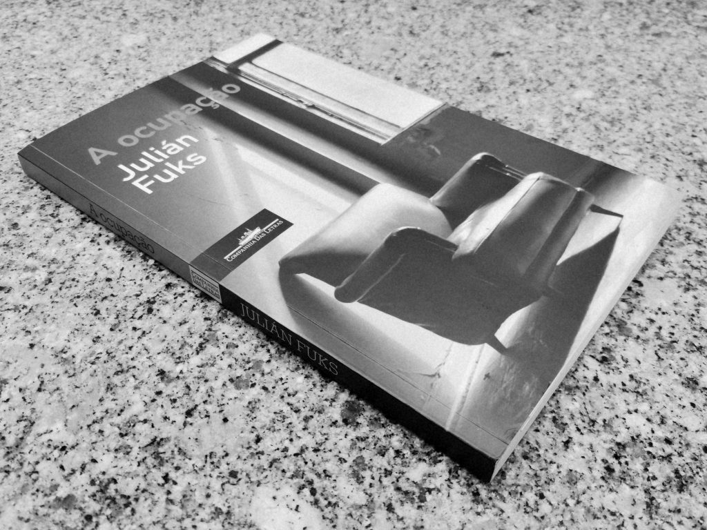 Recensão do livro A Ocupação, escrito pelo brasileiro Julián Fuks e publicado em Portugal pela Companhia das Letras em 2020 | INTRO