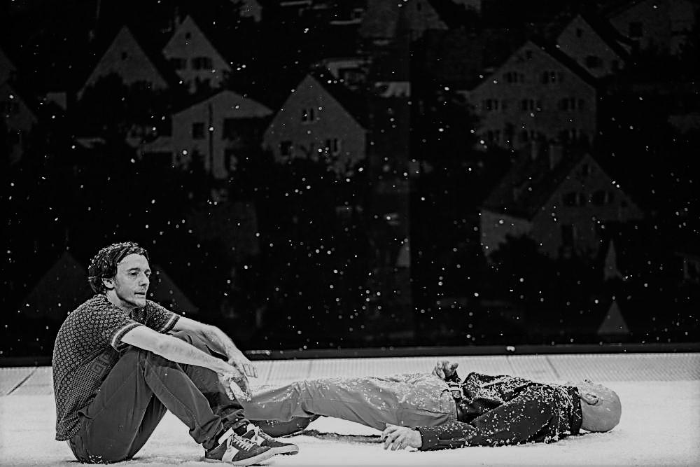Crítica da peça Qui a tué mon père, escrita por Édouard Louis e encenada/interpretada por Stanislas Nordey, estreada a 7 de Janeiro de 2021 no Teatro Nacional São João   INTRO