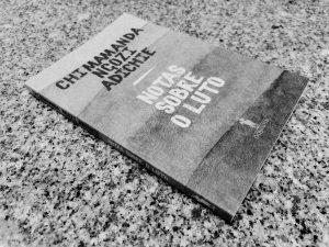 """Recensão do livro """"Notas sobre o Luto"""" da autoria da escritora nigeriana Chimamanda Ngozi Adichie, publicado pela D. Quixote em 2021   INTRO"""